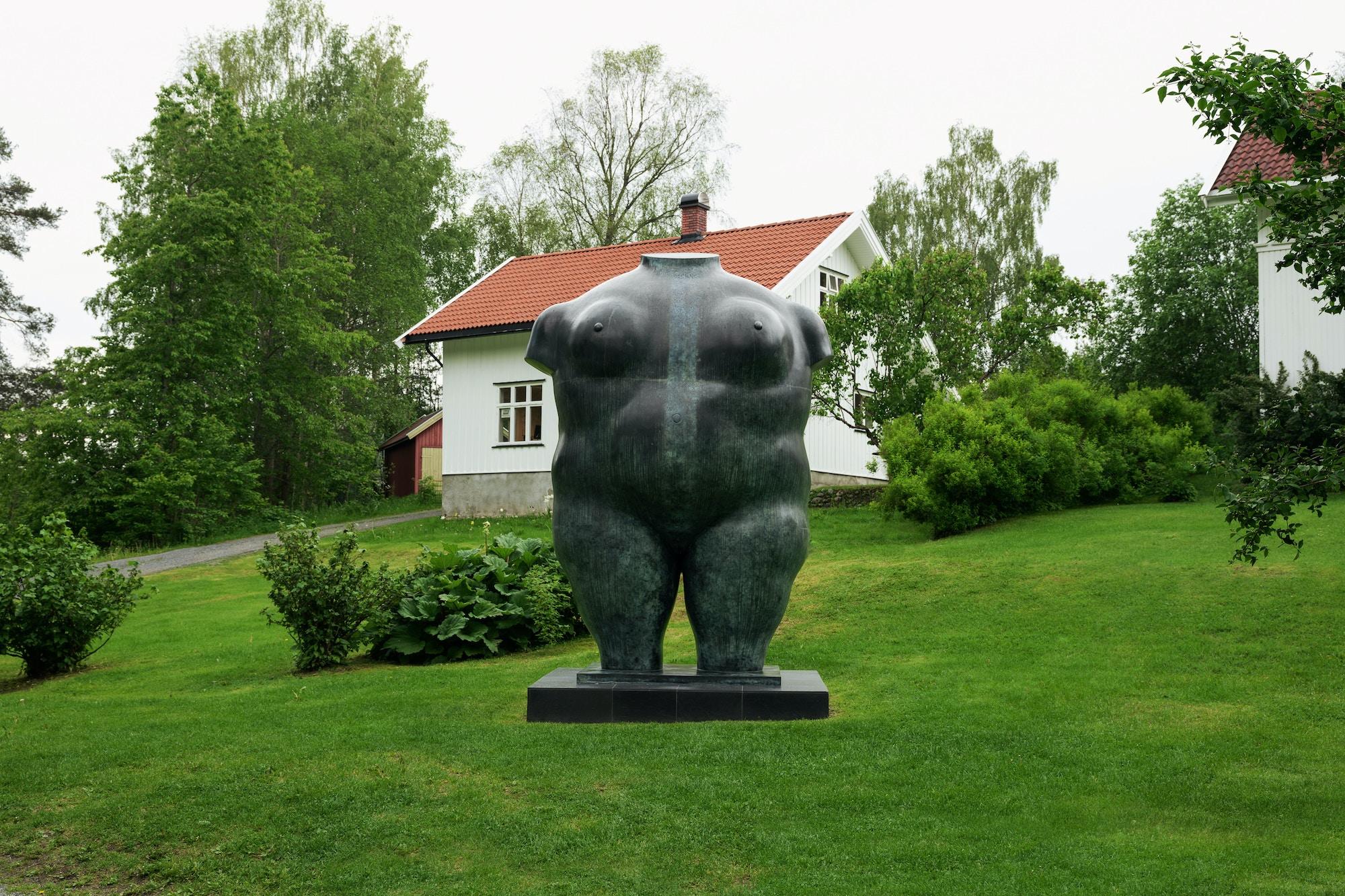 Skulptur, frodig kvinne, torso.