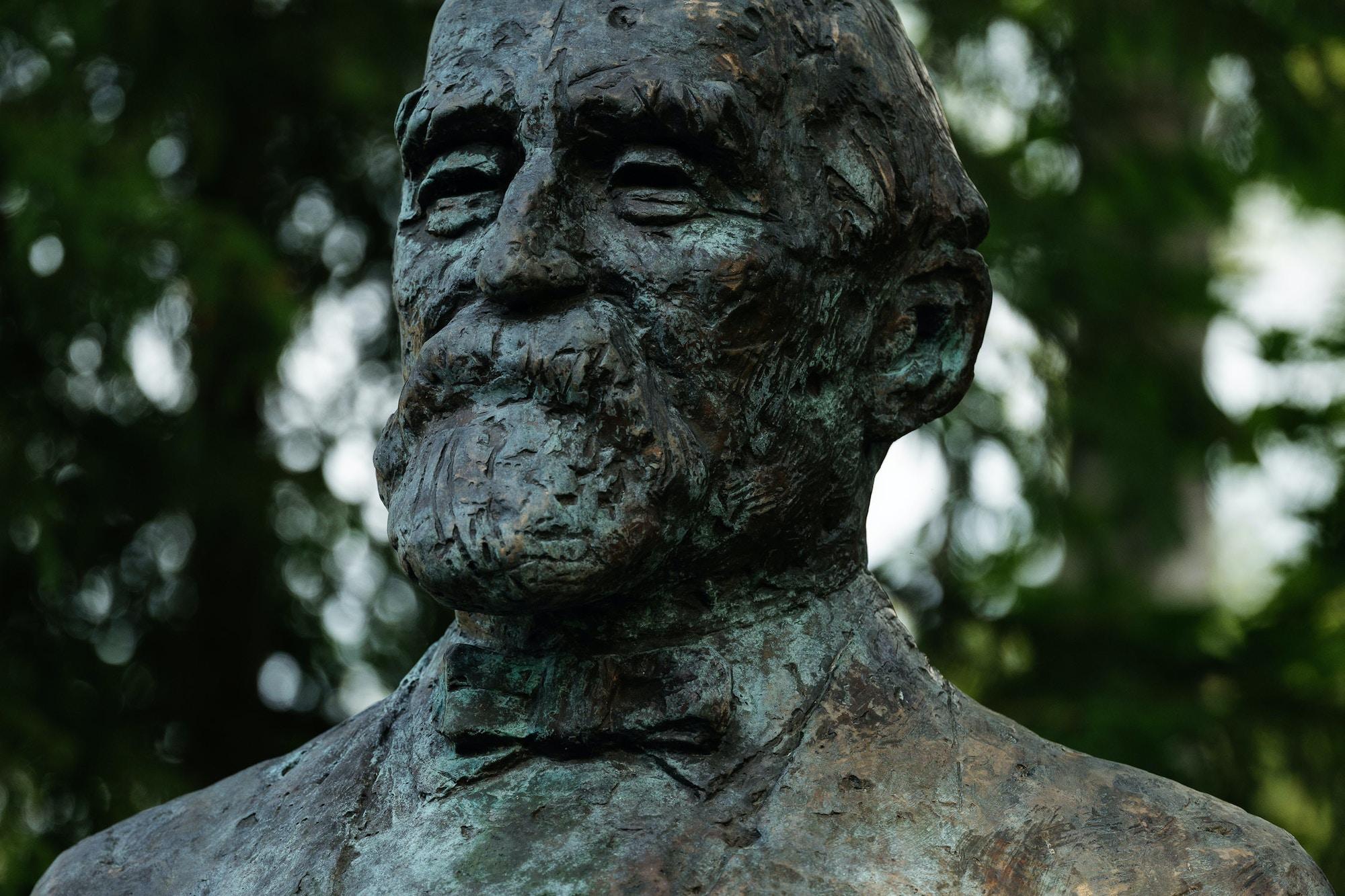 Statute og a man. Stone.