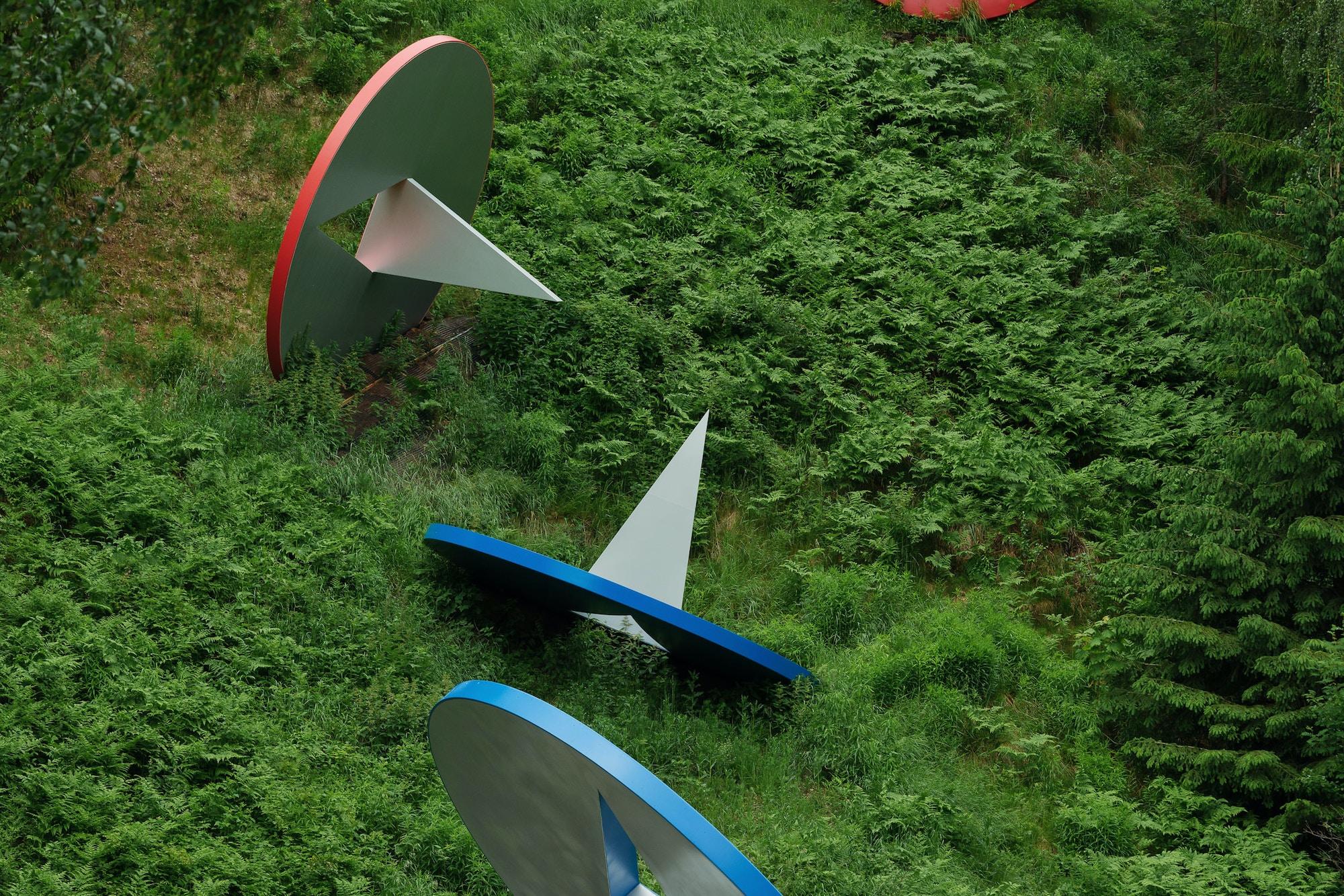 Skulptur, enorme tegnestifter i fritt fall nedover en åskam.