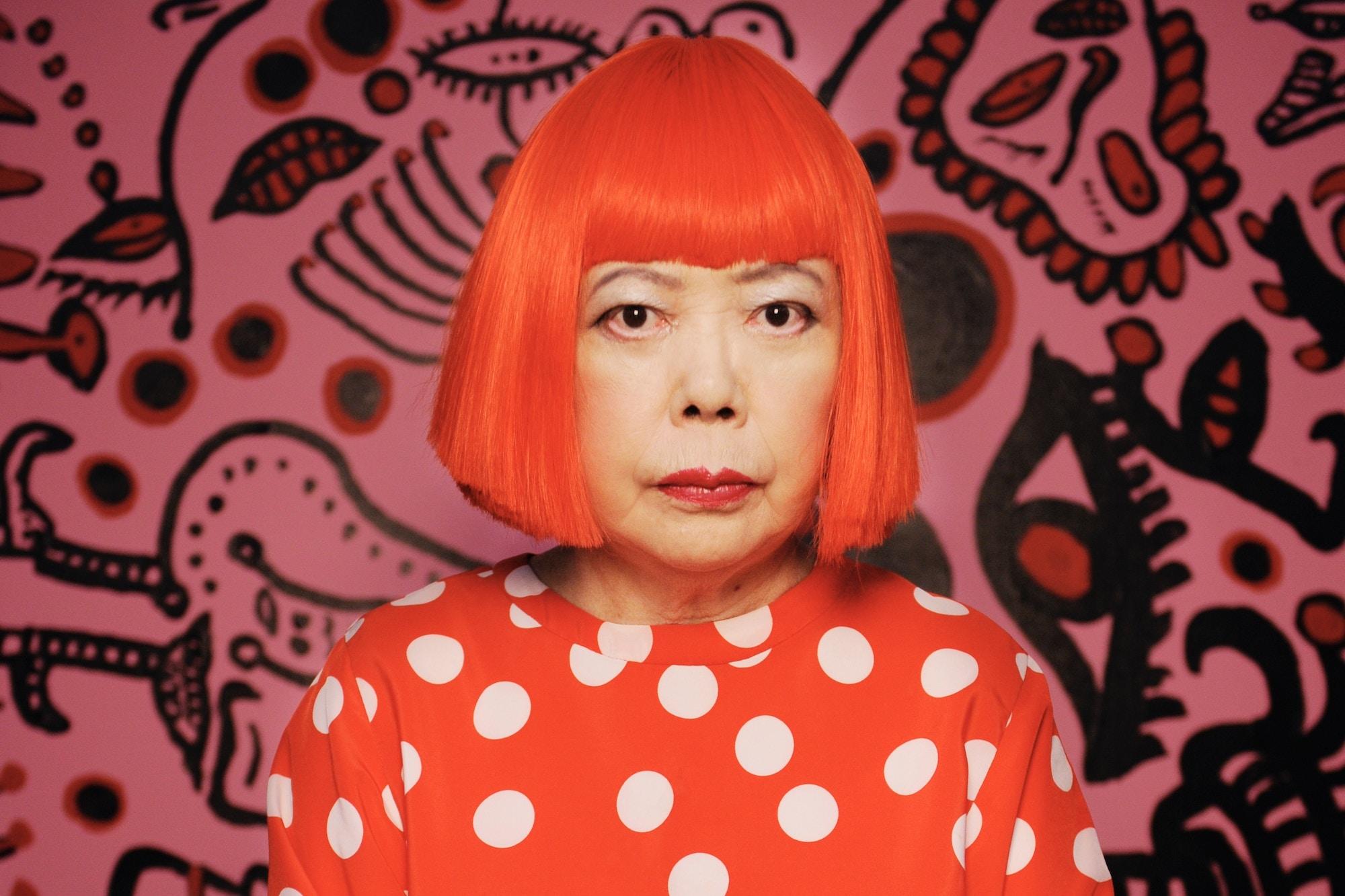 Portrett av kunstneren Yayoi Kusama. Rødt hår, bob og pannelugg.