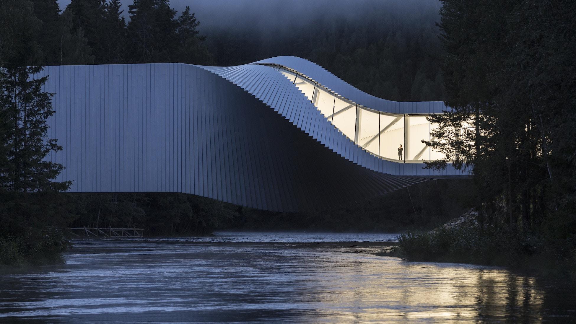 Bygg som også er en bro, plassert over en elv.