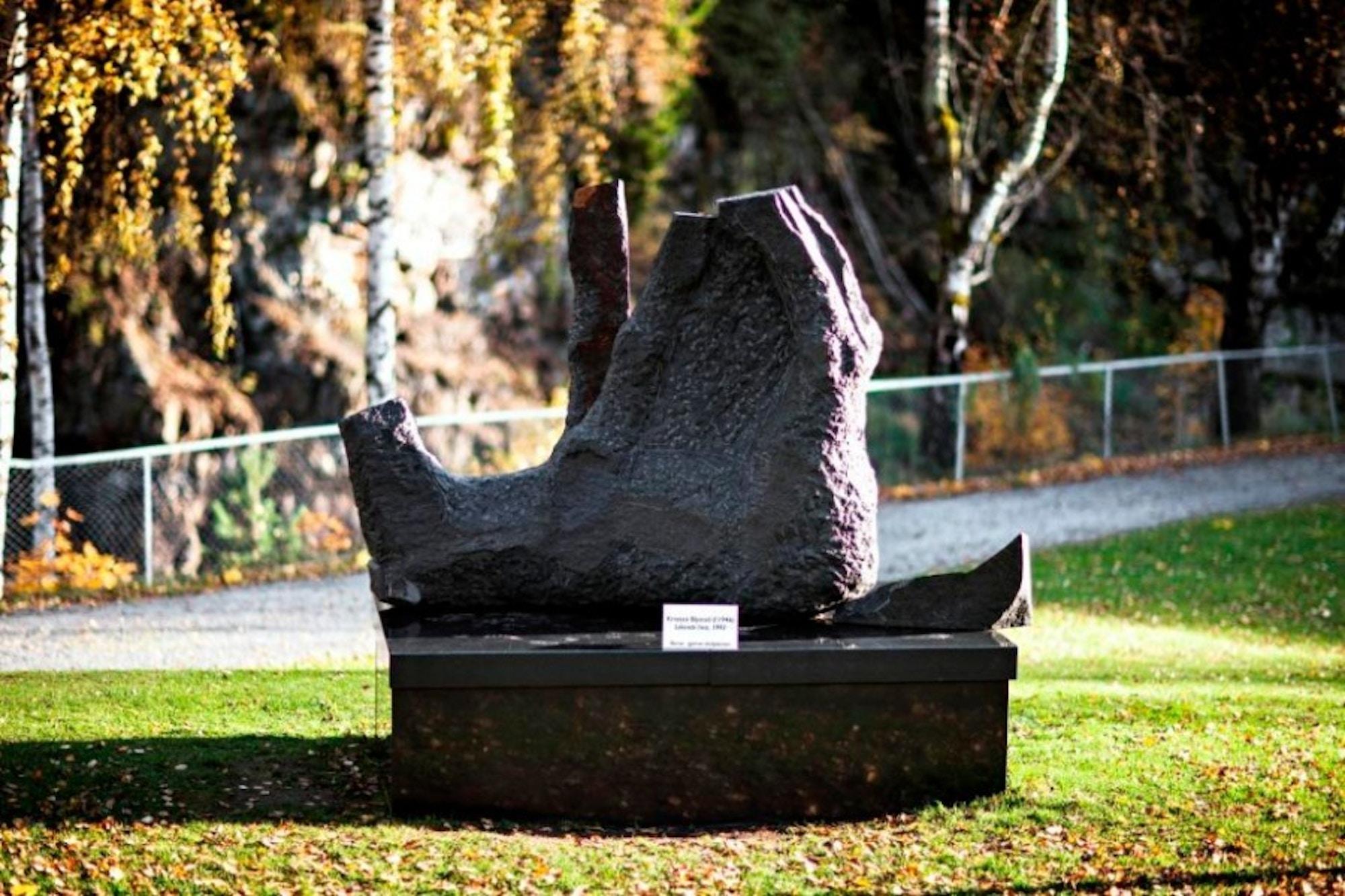 Skulptur, hest, liggende på ryggen