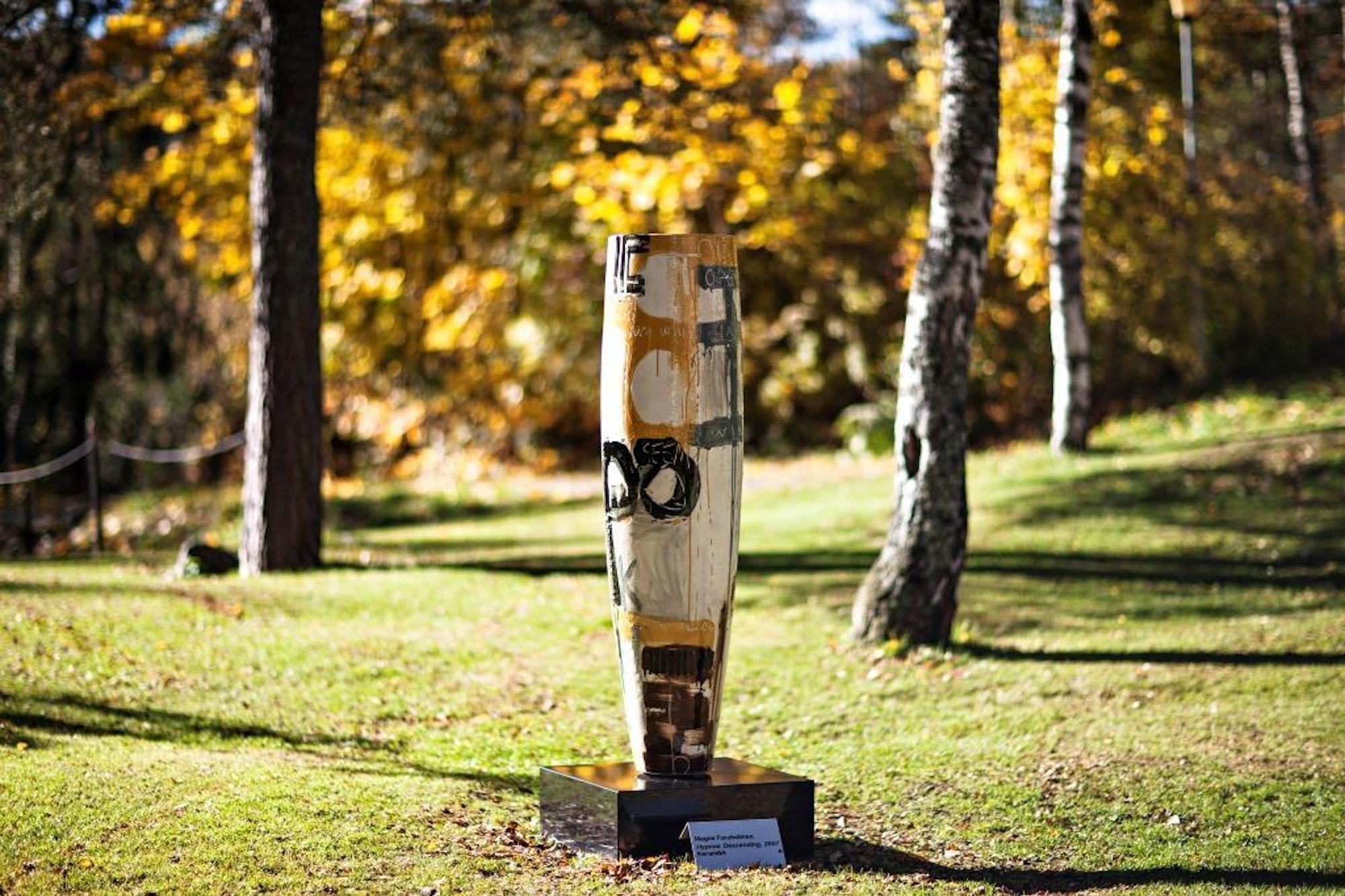 Skulptur, søyle, malt, hvit, svart og gul.